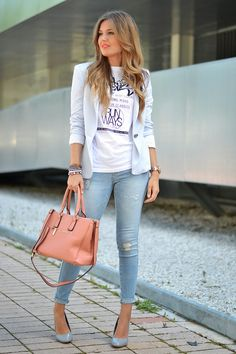Blazer branco, camiseta escrita, calça jeans skinning.