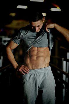 Ćwiczenia na brzuch to ciągle odległy plan? Zacznij robić je już dziś. Wystarczy ćwiczyć 12-15 minut, trzy razy w tygodniu, w domu albo w klubie fitness. I pamiętaj, że płaski brzuch to zasługa nie tylko brzuszków. Trener personalny Patryk Niekłań poleca 3 ćwiczenia na brzuch.
