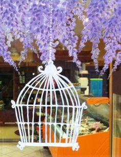 Πασχαλινή διακόσμηση βιτρίνας ζαχαροπλαστείου με γλιτσίνες. Ζωγραφική στο τζάμι. Δείτε περισσότερα έργα μας στο http://www.artease.gr/interior-design/emporikoi-xoroi/