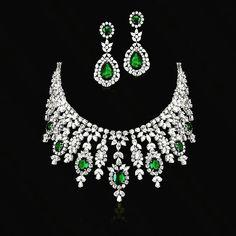 Diamond Necklace Simple, Diamond Pendant Necklace, Diamond Jewelry, Diamond Necklaces, India Jewelry, Fine Jewelry, Henna Art Designs, Emerald Diamond, Bridal Jewelry