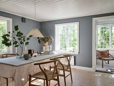 Chambres sous combles pour une charmante maison blanche en bois - PLANETE DECO a homes world Swedish Cottage, Dining Table, Kitchen Dining, Dining Room, Blue And White, Furniture, Scandi Style, Scandinavian Home, Country Living