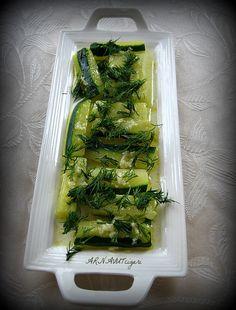 Halamın ben küçükken çok sık yaptığı, benim de severek yediğim bir diyet salatası. İzmir'de minicik kabaklar vardır, onlarla yapar...