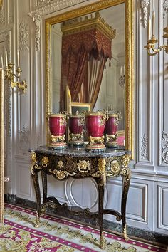 Black entryway table with gold detailing Gold framed large mirror White wall appliqués Trianon Versailles, Chateau Versailles, Palace Of Versailles, French Interior, Classic Interior, Luís Xiv, Home Decoracion, French History, French Furniture