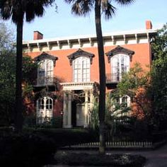 Johnny Mercer House (site of movie, In the Garden of Good and Evil). Mercer also wrote 'Moon River' Mercer House, Places Ive Been, Places To Go, Historic Savannah, Southern Homes, Southern Charm, Tybee Island, Arched Windows, Like A Local