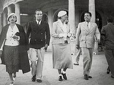 Jorge Luis Borges (derecha), Victoria Ocampo, Adolfo Bioy Casares y Josefina Dorado en la antigua rambla de Mar del Plata. Año 1935.