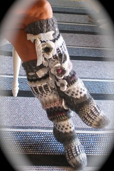 Maalaisromantiikkaa sukissa Crochet Socks Pattern, Crochet Slippers, Cute Crochet, Knit Crochet, Loom Knitting, Knitting Socks, Hand Knitting, Knee High Socks, Stockings
