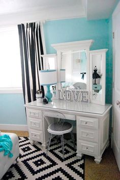 We have selected the best-looking and most convenient makeup vanity table designs to give you some inspiration for the next time you redecorate.