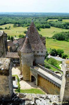 Situé à l'extrémité sud du département, construit sur un promontoire naturel, le château de Biron domine les confins d'Agenais. Siège d'une des quatre baronnies du Périgord, il constitue l'un des plus vastes et spectaculaires ensembles castraux du territoire. Classé au titre des monuments historiques le 17 février 1928, il est aujourd'hui propriété du département de la Dordogne.   A partir de 1189 et jusqu'au XXe siècle, le château appartient à la famille Gontaut. Au cours de la guerre de…