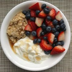 Organic plain Quaker oatmeal Danon Light & Fit coconut vanilla Greek yogurt mixed berries, and topped with 1 tsp of sugar free syrup Breakfast Low Carb, Healthy Oatmeal Breakfast, Health Breakfast, Breakfast Recipes, Yummy Oatmeal, Greek Yogurt Oatmeal, Greek Yogurt Breakfast, Healthy Foods To Eat, Healthy Dinner Recipes
