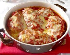 θα το πω όσο πιο απλά μπορώ… κοτόπουλο παναρισμένο, ψημένο στο φούρνο, λουσμένο με σάλτσα ντομάτας και πασπαλισμένο με άφθονη μοτσαρέλα. Ναι, αυτό το πιάτο είναι τόσο τέλειο όσο ακούγεται! Και πώς θα μπορούσε να