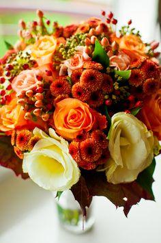 TiAmoFoto.pl Bukiet ślubny, Wedding bouquet, jesień, jesienny bukiet, panna młoda, ślub, wesele, dekoracje, detale, pomarańczowy, żółty, czerwony, red, orange, yellow, autumn, fall wedding