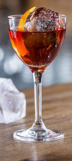 Perfect Manhattan cocktail. Whiskey-based mixed drink. Very easy, refreshing and delicious! #beverages #drinks #cocktails #party #perfect #manhattan #summer