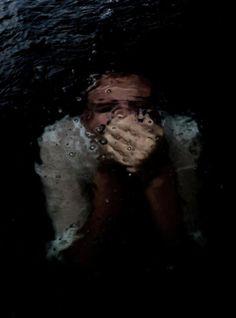 اكره الشعور اللي يخليني ما افهم نفسي و لا تصرفاتي بس كل الي اعرفه ان فيه شي يوجع داخلي