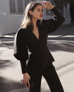 Total Black outfit with bell sleeves Classic Outfits, Trendy Outfits, Blue Skinnies, Look Fashion, Fashion Design, Womens Fashion, Minimal Fashion, Minimal Style, Monochrom