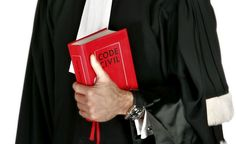 ¿Porqué los abogados usamos toga en un juicio? En Venezuela, el uso de la toga es más una formalidad, que se les requiere a los Magistrado, Jueces, Fiscales, Abogados y Procuradores que asisten a determinados actos, para mantener la solemnidad del acto.