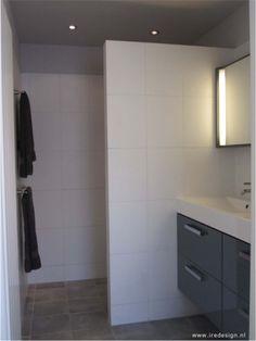 Het idee van veel mensen: een kleine badkamer met grote tegels. Dit ...