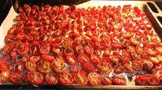 Ideali come finger food da aperitivo, come contorno o condimento, i pomodorini confit con il loro sapore agrodolce ruberanno la scena ad ogni piatto.