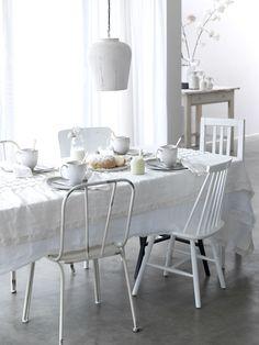 Prachtige stoere witte brocante stijl! Vergelijkbare stoeltjes en tafels te koop bij Old BASICS