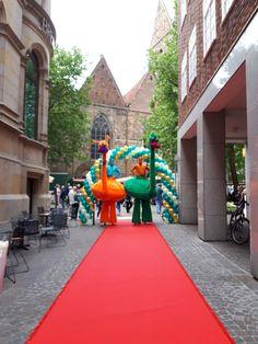 Für die Stelzenläufer vom Stelzentheater Björn de Vil wurde am Verkaufsoffenen Sonntag in Bremen der rote Teppich ausgerollt. Die bunten Vögel haben sich geehrt gefühlt.