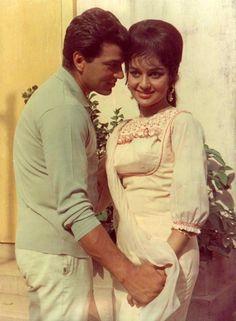 Dharmendra and Asha Parekh in Aya Sawan Jhoom Ke. Beautiful Bollywood Actress, Beautiful Indian Actress, Indian Celebrities, Bollywood Celebrities, Bollywood Stars, Bollywood News, 80s Actresses, Old Film Stars, Asha Parekh