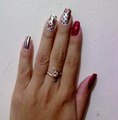 Rojo oscuro, perla con flores rojas y puntos negros, y perla con rayas negras verticales