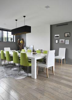 salle à manger scandinave, chaises vertes :^)