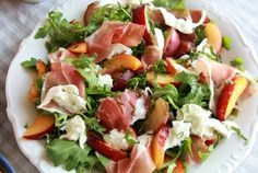 Yummy and Healthy Low-carb salad is so light, flavorful, and easy to make! If you're a fitness enthusiast and like healthy food, you'll go crazy… I Love Food, Good Food, Yummy Food, Healthy Snacks, Healthy Eating, Healthy Recipes, Salade Caprese, Plat Vegan, Clean Eating
