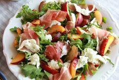 Heb jij zin in een salade? Dan is dit recept echt een aanrader.Deze salade met zoute, knapperige prosciutto, zachte mozzarella, sappige nectarine en de heerlijke smaak van verse munt keert bij mij iedere zomer weer terug. De combinatie van deze verschillende smaken is heerlijk en het staat ook nog eens in een mum van tijd op tafel. Waar wacht je nog op?!
