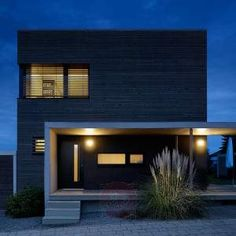This LED outdoor wall light manufactured by STEINEL comes with a built-in precision IR sensor.