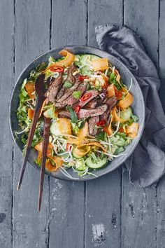 Thai Salat, Thai Beef Salad, Best Thai Food, Asian Recipes, Healthy Recipes, Hotel Food, Good Food, Yummy Food, Food Crush