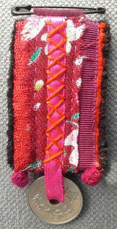 Broche/Médaille textile par VeronikB sur Etsy