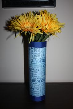 Pringles Can Flower Vase! I bought Boy Scout scrapbook paper and used grosgrain ribbon at the top and bottom. We used these at the Blue & Gold Banquet. Tiger Scouts, Cub Scouts, Girl Scouts, Cub Scout Activities, Craft Activities, Gold Centerpieces, Gold Decorations, Arrow Of Lights, Pringles Can