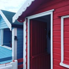 It's been all about Minnie today. well she deserves some love too! Beach Hut Hire Walton on the Naze Essex Beach Hut Decor, Beach Huts, Walton On The Naze, Fidget Quilt, Exterior Paint, Outdoor Decor, Decor Ideas, Interiors, Doors