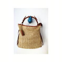Precioso bolso en rafia , tela y cuero ...... .