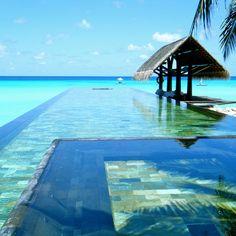 Piscine aux Maldives http://www.elle.fr/Deco/Guide-shopping/Tous-les-guides-shopping/Les-piscines-de-reve-de-notre-ete-sur-Pinterest/