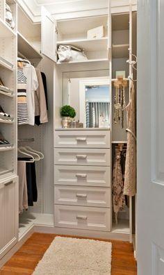 désencombrer sa maison à l'aide de tiroirs et d'étagères, petit tapis rectangulaire couleur crème posé sur le parquet en couleur cerise et marron