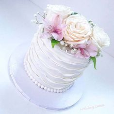 Simple Ruffle and Floral Cake for Summer Wedding Cakes #weddingcakes