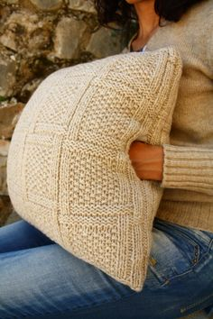 Scaldamani. 100% lana shetland, imbotitura in poliammide, interno in pile. Handwarmer pillow. 100% shetland wool, polyammide filling, polar fleece lining. Da/from €45. Handmade knit interior design