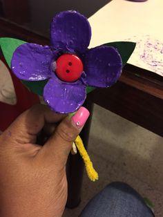 Flor con material reciclado cartón de huevo botón y limpiapipas para el di de las madres
