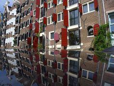 De #Haarlemmerbuurt dat is boodschappen/winkelen en genieten van een fraaie omgeving Kijk http://www.facebook.com/haarlemmerbuurt