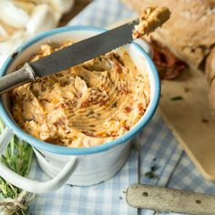 Off to the bowl: Spicy tomato butter - Spice butter with dried tomatoes, rosemary and chilli – you can really spread this spread on ever - Side Recipes, Vegan Recipes, Mozarella, Grill Party, Dried Tomatoes, Party Snacks, Finger Foods, Appetizer Recipes, Vegan Appetizers
