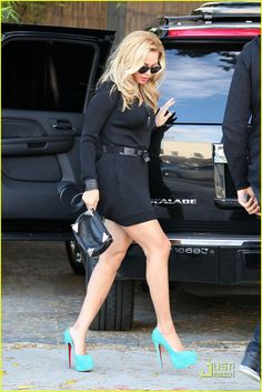 6167c02537947c Black outfit with bright color pumps..cute Beyonce Knowles