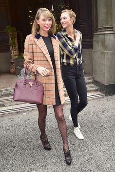 Taylor Swift Adds 2 More Ladies to Her Stylish Circle of Friends Estilo Taylor Swift, Taylor Swift Style, Taylor Alison Swift, Taylor Swift Fashion, Girly Girl, Karlie Kloss, Estilo Lady Like, Estilo Gossip Girl, Look Fashion