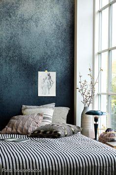 Eine Tapete Im Metallic Look Im Schlafzimmer Erzeugt Modernes Flair Mit  Romantischem Touch. In