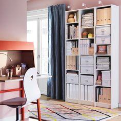 Valkoisia BILLY-kirjahyllyjä ja oranssi IKEA PS 2014 -kirjoituslipasto.