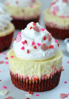 Red Velvet Cheesecake Cupcakes are perfect Valentine's Day treat that will sat. Red Velvet Cheesecake Cupcakes are perfect Valentine's Day treat that will satisfy anyone's sweet tooth, and they're a Dessert Crepes, Bon Dessert, Dessert Shots, Mini Cheesecake Recipes, Cupcake Recipes, Gourmet Cupcakes, Oreo Cheesecake, Mini Cheesecake Bites, Classic Cheesecake