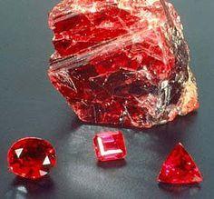 RUBI  Pedra de grande vibração, de espectro vermelho atua na região do Chakra básico próximo aos órgãos de reprodução, utilizada na terapia para ativar esse Chakra.
