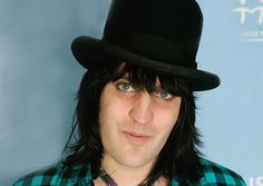 Noel in hats... He looks so good in hats! It isnpires me, but as a woman? Um, no. (File under beautiful Noel)