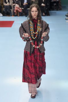 The complete Gucci Fall 2018 Ready-to-Wear fashion show now on Vogue Runway. Autumn Fashion 2018, Fashion Week, Runway Fashion, High Fashion Trends, Fashion Brands, Gucci Tshirt, Look 2018, Couture Accessories, Looks Street Style