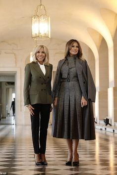 A friendly duo! French First Lady Brigitte Macron and her US counterpart Melania Trump looked delighted to be spending time in each other's company once Trump Melania, First Lady Melania Trump, French First Lady, First Lady Of America, High Fashion, Womens Fashion, Fashion Trends, Ladies Fashion, Moda Masculina